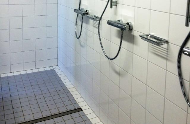ebenerdige dusche fliesen begehbare dusche mineralgu badewannen eu. Black Bedroom Furniture Sets. Home Design Ideas